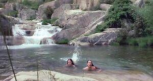 Джейн Сеймур и Тэрин Пауэр купаются голыми