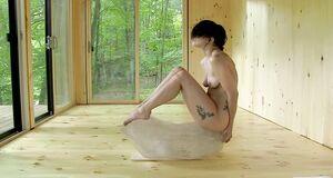 Голая Леди Гага практикует метод Марины Абрамович