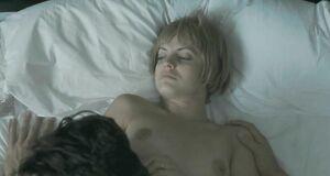 Интимная сцена на кровати с Меной Сувари