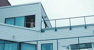 Голая Шарлиз Терон у окна