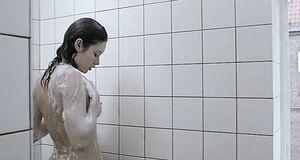 Ольга Куриленко моется под душем