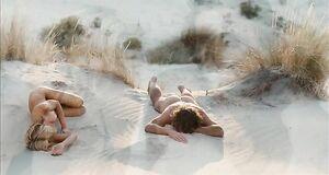 Обнаженная Мадонна спит на песке