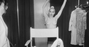 Мадонна показала голые сиськи