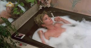 Розанна Аркетт засветила соски в ванне