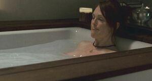 Джулианна Мур моется в ванне
