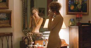 Раздетая Николь Кидман перед зеркалом