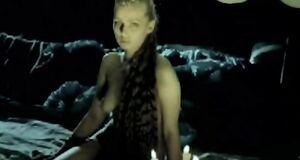 Обнаженная Александра Колкунова сидит на песке