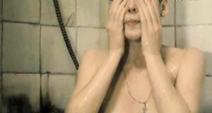 Мокрая и сексуальная Жанна Эппле
