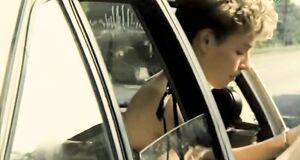 Жанна Эппле без лифчика в машине
