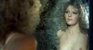 Александра Захарова разделась перед зеркалом