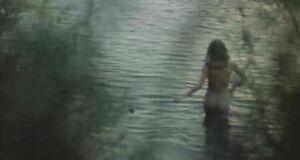 Голая Анжелика Неволина заходит в воду
