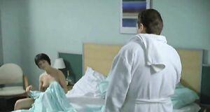 Юлия Пожидаева прикрывает свои прелести полотенцем