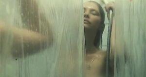 Светлана Рябова моется под душем