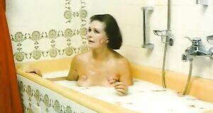 Наталья Фатеева моется в ванне