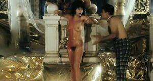 Анастасия Вертинская моется под душем