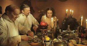 Обнаженная Анна Ковальчук за столом