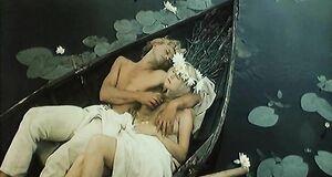 Елена Кондулайнен с голыми сиськами плавает в лодке