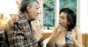 Наталья Щукина с голыми сиськами ест сгущенку