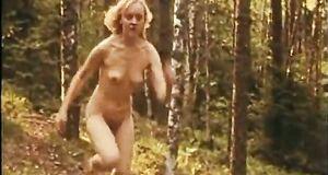 Прогулка голышом Натальи Сурковой по лесу