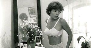 Голая Наталья Негода рассматривает себя в зеркале