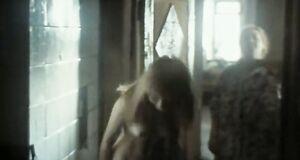 Елена Коренева моется под душем
