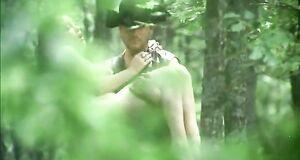 Забавы с голышом Анной Самохиной в лесу
