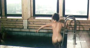 Голая Анна Назарьева плавает в бассейне