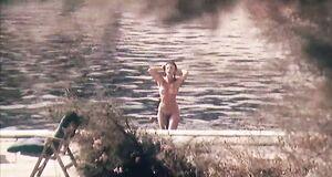 Анна Назарьева купается голышом