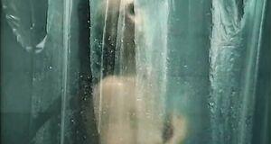 Татьяна Лютаева принимает душ