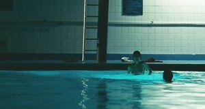 Зои Дешанель голышом прыгает в бассейн