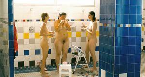 Дженнифер Подемски, Сара Силверман и Мишель Уильямс принимает душ