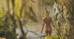Мишель Уильямс голышом купается в речке