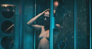Голая Мишель Уильямс принимает душ