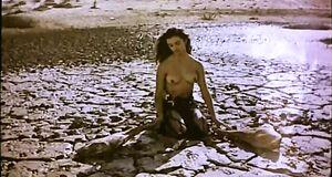 Пенелопа Крус без лифчика в пустыне