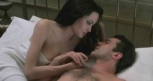 Анджелина Джоли засветила сиськи в постели