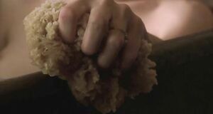 Голая Анджелина Джоли принимает ванну