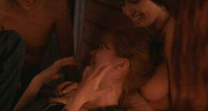 Анджелина Джоли с голыми сиськами делает тату на груди Дженни Шимицу