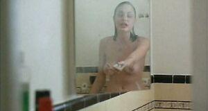 Голая Анджелина Джоли моется под душем