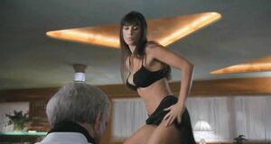 Деми Мур танцует стриптиз на столе
