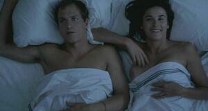 Интимная сцена на кровати с Деми Мур