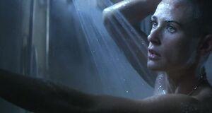 Деми Мур моется под душем
