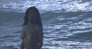 Голая Сальма Хайек купается в море