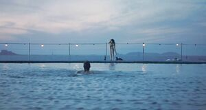 Обнаженная Энн Хэтэуэй прыгает в воду