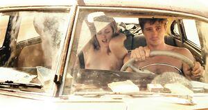 Обнаженная Кристен Стюарт дрочит парням в машине