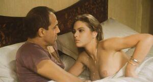 Интимная сцена на кровати с сексуальной Орнеллой Мути