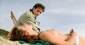 Полуголая Софи Марсо на пляже