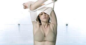 Моника Беллуччи снимает одежду