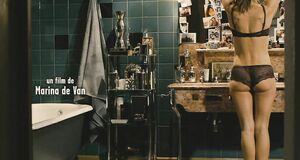 Софи Марсо засветила сиську в ванной