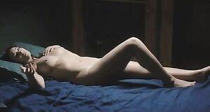 Голая Моника Беллуччи на кровати