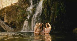 Алисия Рэйчел Марек и Линдси Лохан топлесс в бассейне